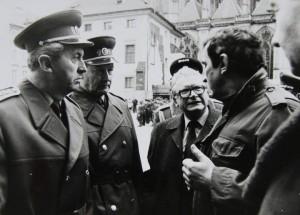 Vlevo ještě nedávno komunistický generál Vacek, vpravo Jiří Křižan, jeden z významných signatářů a tvůrců petice Několik vět. Foto Andrej Halada.