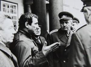 Vlevo Havlův poradce, scenárista Jiří Křižan, vpravo ministr obrany generál Miroslav Vacek. Foto Andrej Halada.