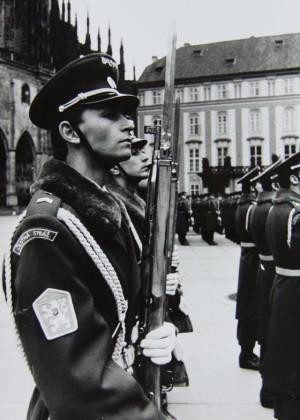 Hradní stráž před příchodem nově zvoleného prezidenta Havla. Foto Andrej Halada.