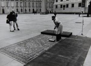 Třetí nádvoří Pražského Hradu, před příchodem V. Havla po jeho zvolení prezidentem republiky. Foto Andrej Halada.