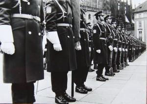 Čestná stráž ČSLA před příchodem nově zvoleného prezidenta Havla. Foto Andrej Halada.