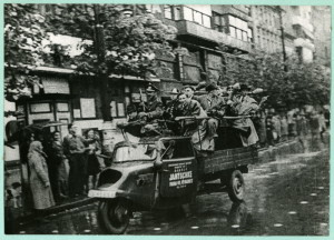 Jedni z prvních bojovníků Pražského povstání na cestě k rozhlasu