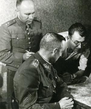 V krytu v Bartolomějskéulici spolu s Jaromírem Nechanským (+ 1950)