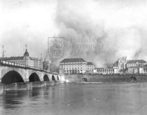 Praha, 14. února 1945. Sloupy dýmu stoupající ze zasaženého Nového Města a Vinohrad. Foto VHÚ.