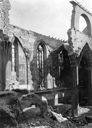 Těžce poškozený Emauzský klášter. Jeden ze symbolů zkázy 14. února 1945. Foto sbírka VHÚ
