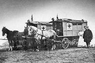 Znamení červeného kříže se v křesťanském světě postupně stalo všeobecně uznávaným symbolem péče o raněné. Na snímku pořízeném r. 1878 během srbsko-turecké války je srbská polní ambulance již viditelně označena tímto symbolem.