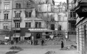 Vinohradská třída. Vybombardované Maceškovo uzenářství. Ve druhém sklepě bude 23 obětí náletu nalezeno až v roce 1971. Foto J. Kaplický.