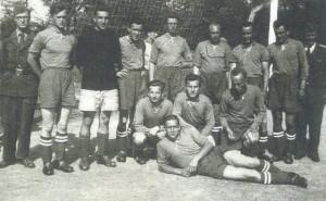 """Fotbalová jedenáctka 5. """"kněžské"""" roty 54. PTP v roce 1952. FOTO: archiv autora"""
