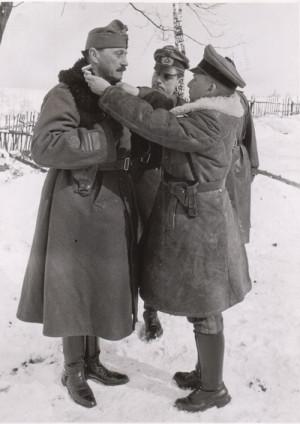 Generálplukovník Gottgard Heinrici (vpravo), velitel německé 1. tankové armády, vyznamenává 7. března 1945 ve Skočově maďarského generálplukovníka Laszlo Viteze.