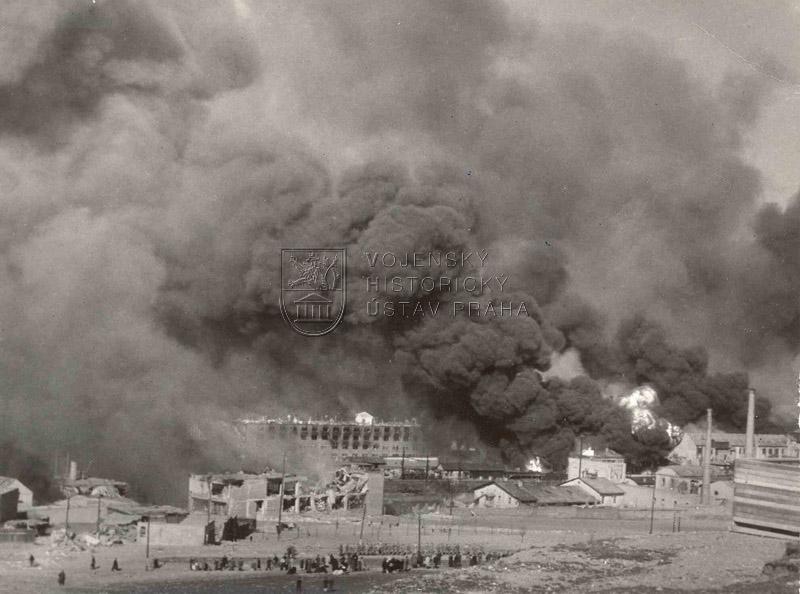 Bombardování průmyslové oblasti Vysočan 25. 3. 1945. Foto  Václav Holý via Karel Novák