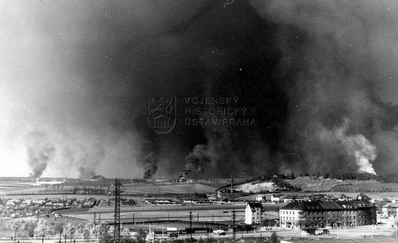 Bombardování kbelského a letňanského letiště fotografované z nedalekého  Hloubětína