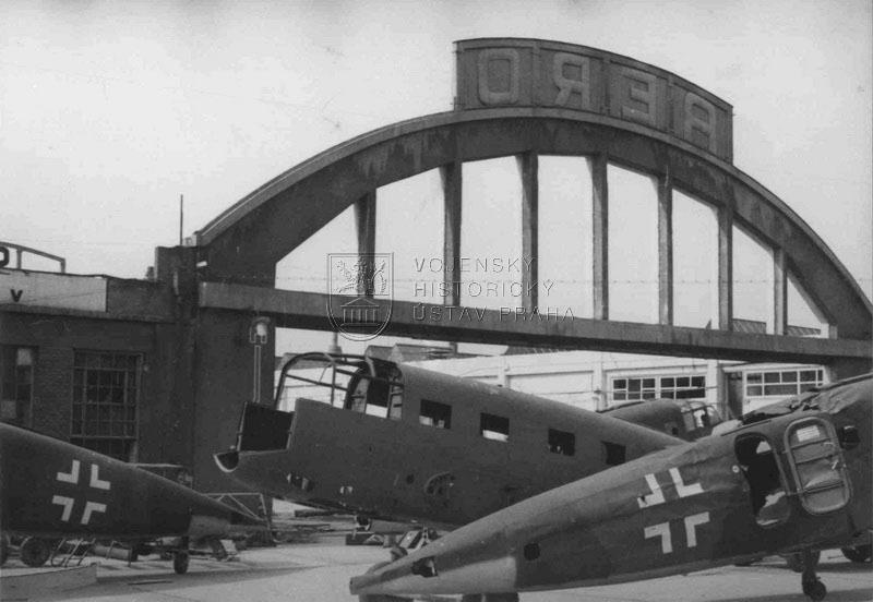 Nedokončené a částečně zdeformované trupy letounů Si 204D ve vysočanském Aeru po náletu 25. 3. 1945 Foto sbírka VHÚ
