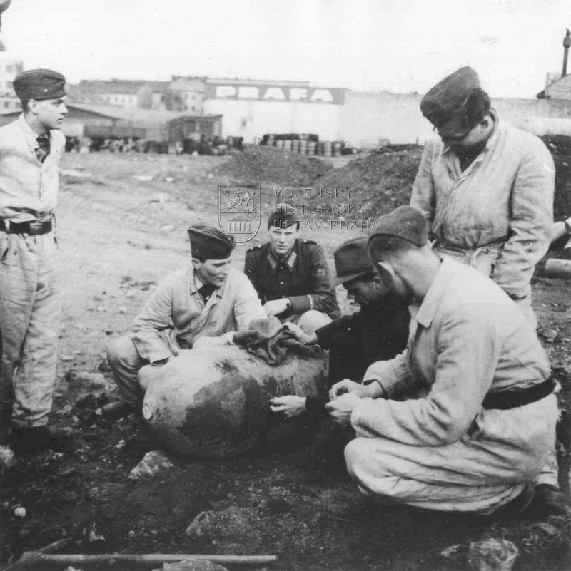 Čeští studenti jako příslušníci Luftschutzu při likvidaci nevybuchlé pumy po náletzu 25. 3. 1945 Foto sbírka Jindřicha Marka