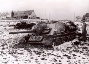 Ilustrační snímek sovětských samohybných děl SU-85, zničených na počátku března 1945 ve Slezsku.