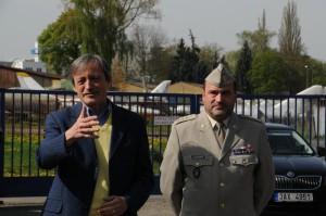 Ministr obrany Martin Stropnický a ředitel VHÚ Praha plukovník Aleš Knížek při zahájení 47. muzejní sezóny Leteckého muzea Kbely.