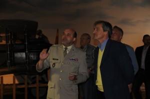 Ředitel VHÚ Praha plukovník Aleš Knížek a ministr obrany Martin Stropnický při prohlídce muzea