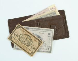 Kožená peněženka s ruskými bankovkami