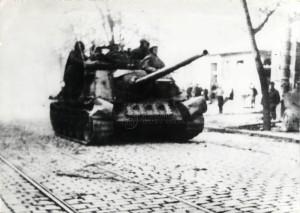 Sovětské obrněné vozidlo (samohybné dělo SU-85, příp. SU-100) v brněnských ulicích. Foto sbírka VHÚ.