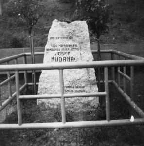 Pomník Josefa Kudrny na tehdejším vojenském cvičišti v pražském Motole