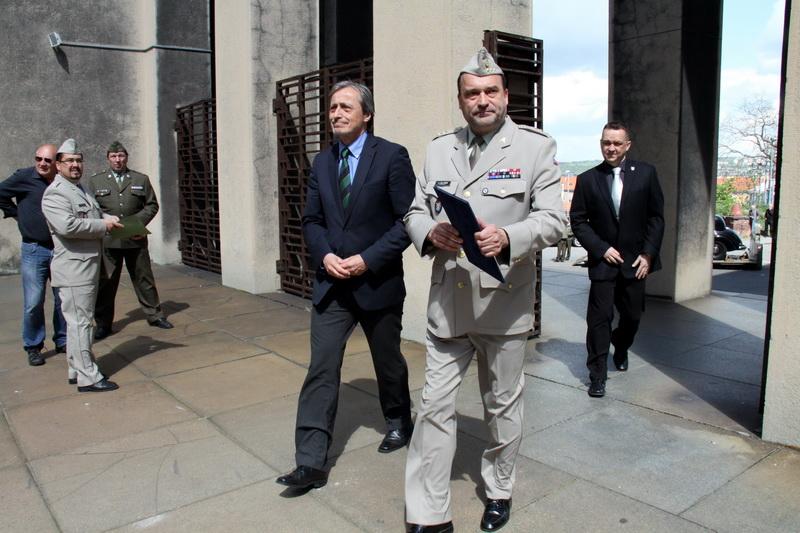 Ministr obrany Martin Stropnický při zahájení výstavy V ulicích Protektorátu Böhmen und Mähren, vpravo ředitel VHÚ Aleš Knížek