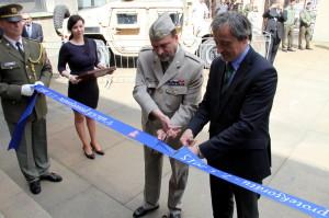 Ministr obrany Martin Stropnický a ředitel VHÚ Aleš Knížek přestřihávají pásku výstavy
