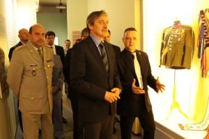 Ministr obrany Martin Stropnický při zahájení výstavy V ulicích Protektorátu Böhmen und Mähren, vlevo ředitel VHÚ Aleš Knížek, vpravo hlavní autor výstavy Jan Šach