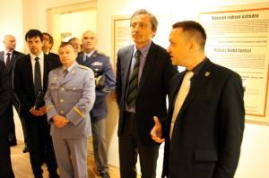 Ministr obrany Martin Stropnický při zahájení výstavy V ulicích Protektorátu Böhmen und Mähren, vpravo hlavní autor výstavy Jan Šach