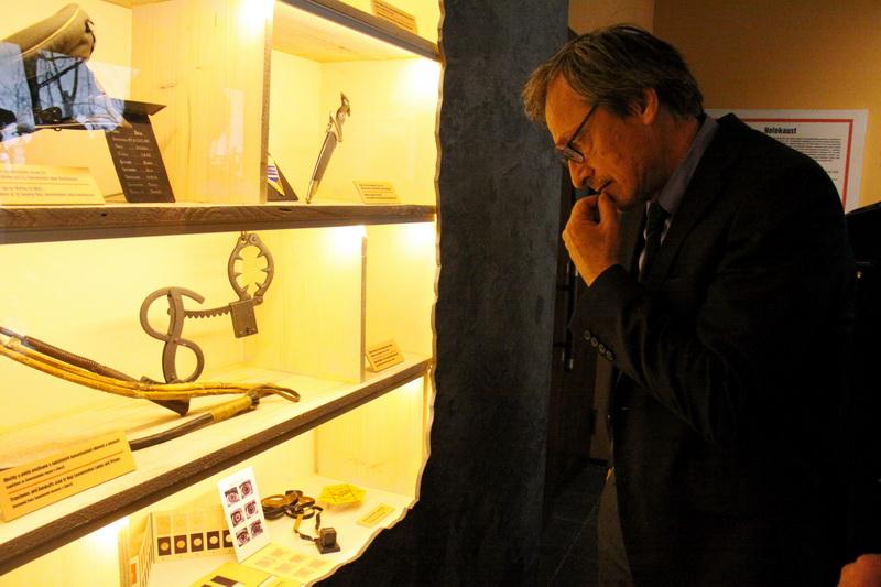 Ministr obrany Martin Stropnický při zahájení výstavy V ulicích Protektorátu Böhmen und Mähren