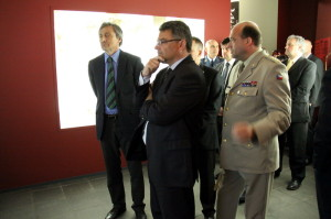 Zleva: ministr obrany Martin Stropnický, náměstek ministra obrany Tomáš Kuchta, ředitel VHÚ Aleš Knížek