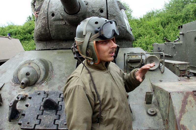 Před tankem T-34