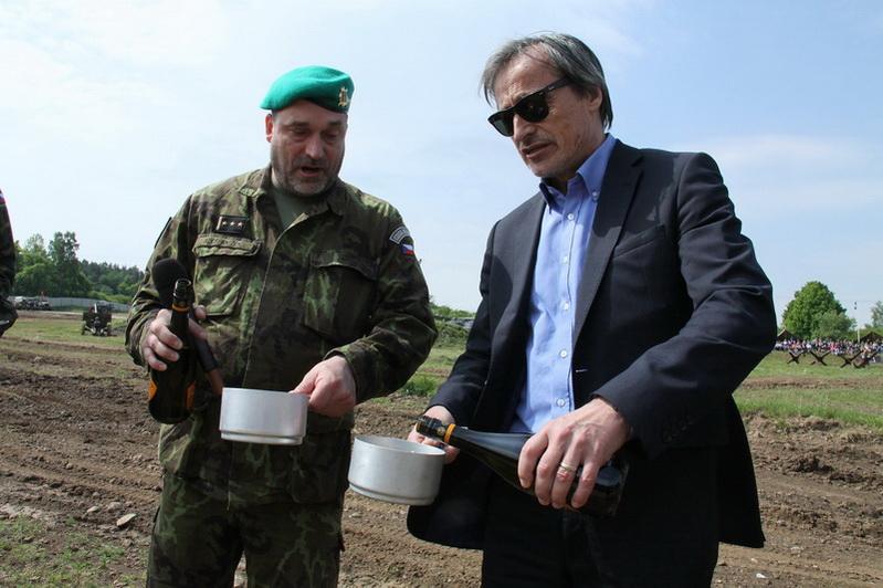 Ředitel VHÚ plukovník Aleš Knížek a ministr obrany Martin Stropnický