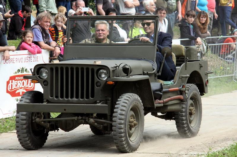 Ministr obrany za volantem jeepu