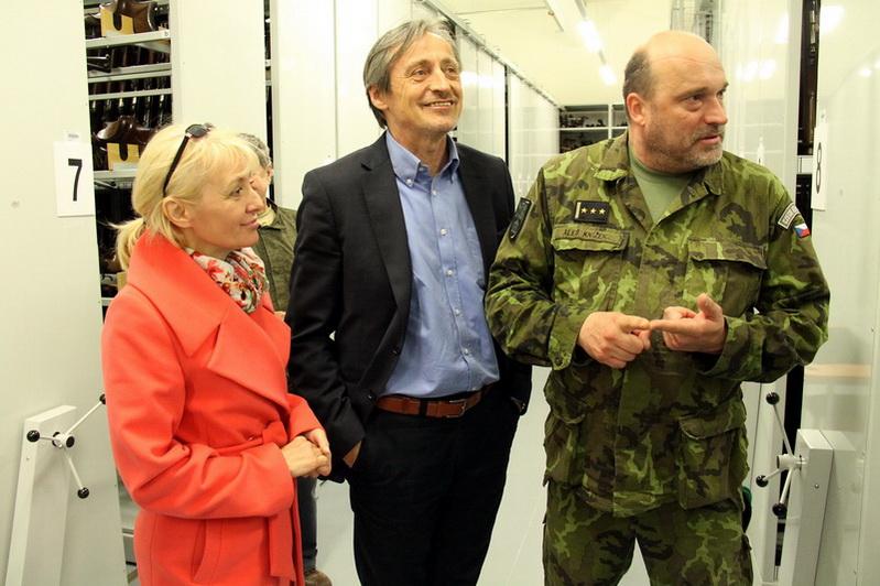 Ministr obrany Martin Stropnický při návštěvě depozitářů VHÚ