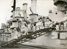 Vyklízení vyřazené bitevní lodi Hannover