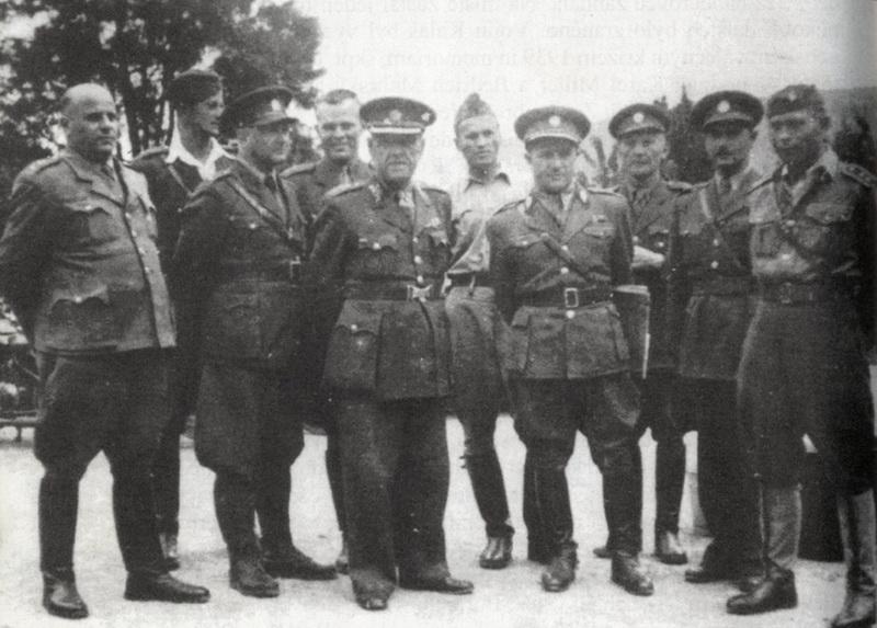 Skupina důstojníků velitelství Teplice a Oblasti 4. Pátý zleva velitel skupiny Teplice generál Július Nosko a sedmý zleva generál Michal Širica.