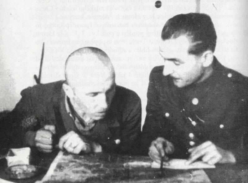 Zajatý Burlak (vpravo) při výslechu v konfrontaci se Zenkem z OUN