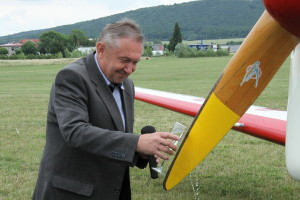 Vedoucí Leteckého muzea Metoděje Vlacha Vladimír Handlík křtí letoun Be-50