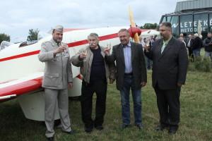 Plukovník Aleš Knížek, Jan Klaban. Vladimír Handlík a Karel Horčička při křtu letadla