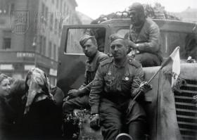 Sovětští a američtí vojáci v Čechách: po vítězství
