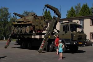Vykládka pásového obrněného transportéru PBV 301