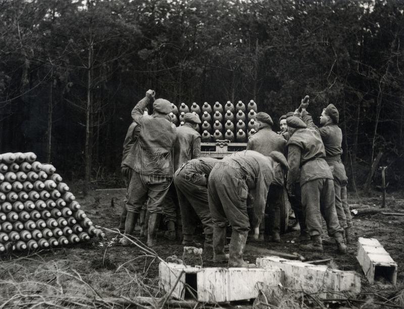 Kanadští vojáci při nabíjení raketometu Land Mattress