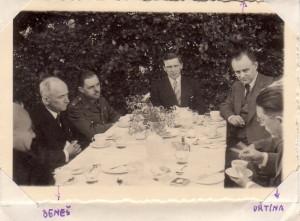 Pracovní oběd u prezidenta Beneše ve Velké Británii v době II. světové války, zleva: ? Edvard Beneš, britský major Harold Gibson, major Emil Strankmüller, plukovník František Moravec a Benešův politický referent Prokop Drtina. (ABS)