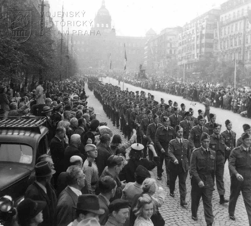 Pochod čs. letců Prahou 21. 8. 1945. Václavské náměstí
