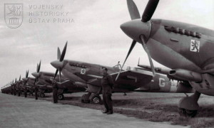 Praha-Ruzyně, 13. 8. 1945. Řada stíhacích Spitfirů LF.Mk.IXE, s nimiž se domů vrátili čs. stíhači z Velké Británie