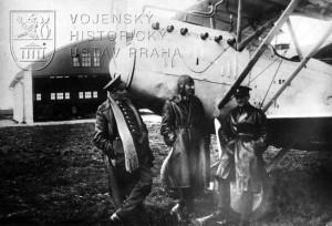 Letecké začátky v Chebu 1921. Zleva rtm. Němec, rtm. Svozil a por. Hess