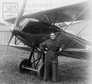 Před stíhací Avií B-21 při Leteckém závodu rychlostním o cenu presidenta republiky ve Kbelích v roce 1925
