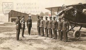 Z filmu Slavia L-BROX z roku 1926. Alexander Hess alias aviatik Karel Smělý stojí 4. zprava.