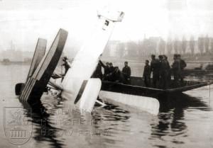 Vojáci vyprošťují prototyp plovákového Aera A-29, s nímž npor. Hess v roce 1927 havaroval na Vltavě pod Vyšehradem.
