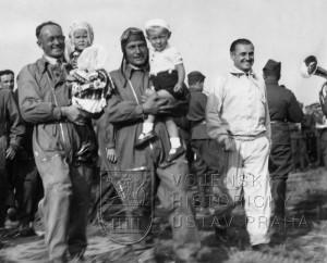 Kbely 7. 8. 1936 po návratu z Berlína. Por. F. Novák, prap. P. Široký, kteří získali 3. a 2. místo. Vpravo vedoucí čs. výpravy mjr. Hess