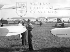 Kbely, 19. 7. 1937. Stíhací Avie B-534 a akrobatické Ba-122 před odletem do Curychu
